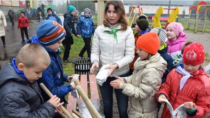 На субботнике юные защитники природы на практике показали, что такое забота об окружающей среде