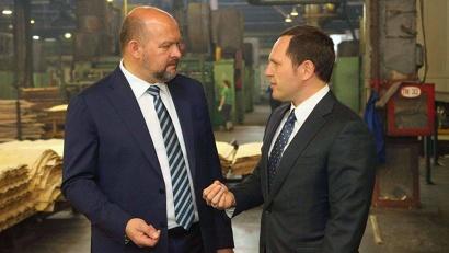 Врио губернатора Игорь Орлов и генеральный директор завода Павел Бурчаловский