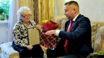 Игорь Скубенко вручил Таисии Григорьевой благодарственное письмо и подарки