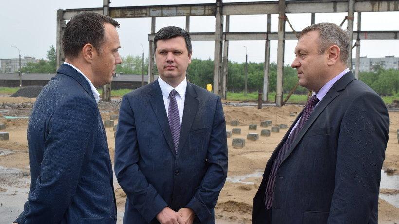 Михаил Папылев, Евгений Фоменко и Константин Доронин на площадке будущего пеллетного завода