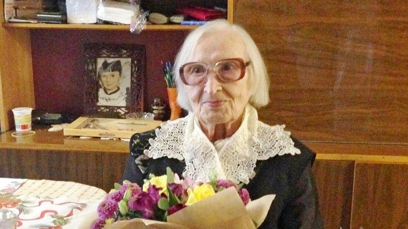 Зинаида Петровна Попова принимает поздравления