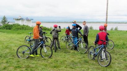 Для подростков было организовано покорение веревочной лестницы и скалодрома, катание на велосипедах