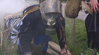 В полной боевой экипировке, с оружием, под дымовой завесой участникам эстафеты предстояло добраться до условно заражённой территории