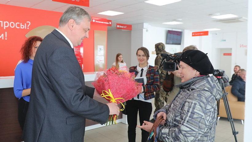 Букет миллионной посетительнице вручил первый заместитель губернатора Архангельской области Алексей Алсуфьев