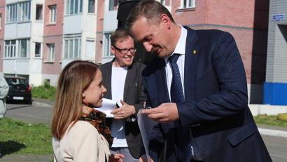 Ключи от новых квартир вручил новосёлам глава Архангельска Игорь Годзиш