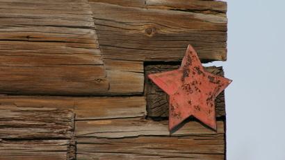 Такие звездочки размещались на домах, в которых жили ветераны Великой Отечественной войны