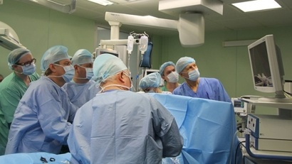 Оперативное вмешательство провели хирурги Дмитрий Быстров и Виктор Поздеев при участии заведующего кардиохирургическим отделением Алексея Шонбина