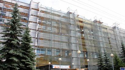 Бригады маляров–отделочников завершили окраску дворового фасада и перешли на центральную часть здания Добролюбовки
