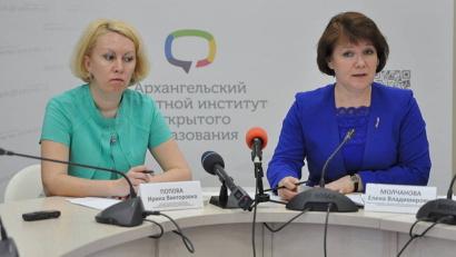 На вопросы журналистов отвечали заместитель министра образования и науки Елена Молчанова и начальник отдела общего образования ведомства Ирина Попова