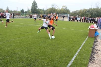 Футболисты девятых классов провели товарищеский матч на новом поле