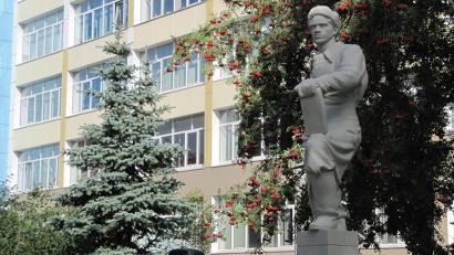 Монумент расположен перед зданием института строительства и архитектуры САФУ. Фото пресс-службы «Архавтодора»