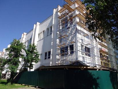 Сегодня строители работают на торцевой части и центральном фасаде здания