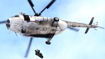 В ходе тренировок каждый из парашютистов должен совершить по пять спусков с вертолета и по 12 прыжков с парашютом с самолета