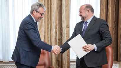 Губернатор Игорь Орлов и первый заместитель председателя совета директоров АО «Альфа-Банк» Олег Сысуев