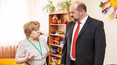 Директор Ольга Богданова познакомила Игоря Орлова с коллективом, рассказала о программах, по которым работает центр
