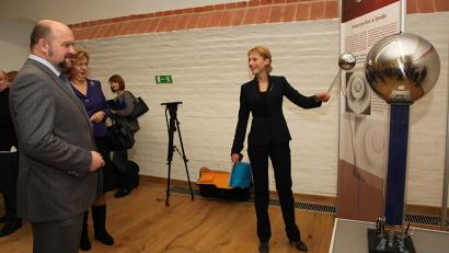 Директор музея Надежда Подоплёкина познакомила губернатора с интерактивной выставкой  «Открытая Ломоносовская академия».