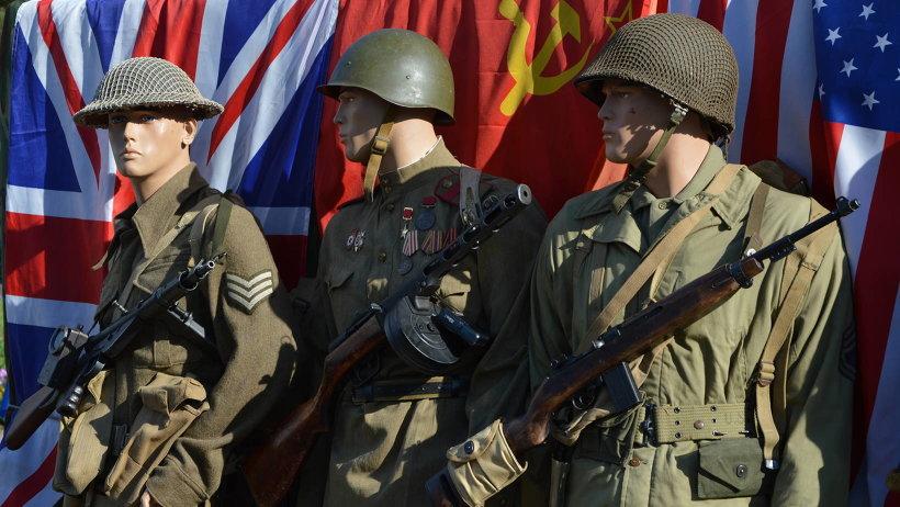 На выставке представлены обмундирование солдат Великобритании, США и СССР, их оружие и транспорт