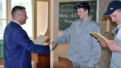 Министр образования и науки Архангельской области Игорь Скубенко поздравил мастеров с победой