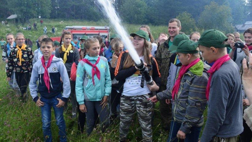 Участники Ассамблеи школьных лесничеств познакомились с пожарным снаряжением