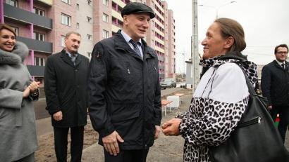 Андрей Шестаков вручает ключи счастливым горожанам