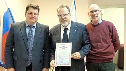 Антон Карпунов поблагодарил Эннио Бордато (в центре) за поддержку архангельских детей