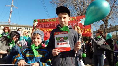 Юные участники акции в этом году раздавали листовки «Чужих пожаров не бывает!» с номерами телефонов горячей линии лесной охраны