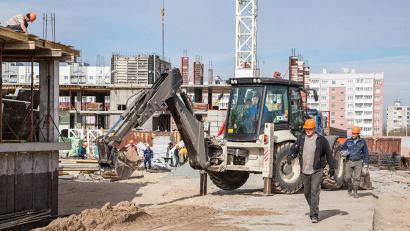 На стройплощадке трёх современных девятиэтажных домов в областном центре. Строительство идёт по программе расселения аварийного жилья