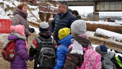 Игорь Скубенко побывал на переправе, пообщался со школьниками Вельска