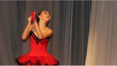Екатерина Горлышева на сцене. Фото пресс-службы Ломоносовского дворца культуры Архангельска