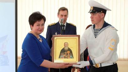 Курсанты «Макаровки» подарили САФУ икону с ликом святого Иоанна Кронштадтского