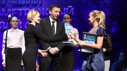 Виктория Толстоганова и Михаил Агранович вручают диплом за фильм-победитель «Виновные»