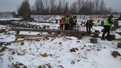 В Цигломенском округе Архангельска всё ещё забивают сваи. Отставание от сроков строительства - более двух месяцев
