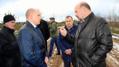 Игорь Орлов и руководитель агрофирмы «Вельской» - на месте вырубок рядом с деревней Оляшево