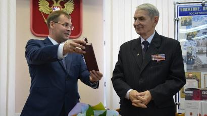 Олег Мишуков вручил Александру Столярову губернаторские часы