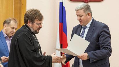 Алексей Андронов от имени губернатора области вручил Александру Пелину благодарность за проведение семинара