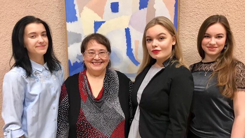 Преподаватель Архангельского музыкального колледжа Виктория Третьякова со своими студентками