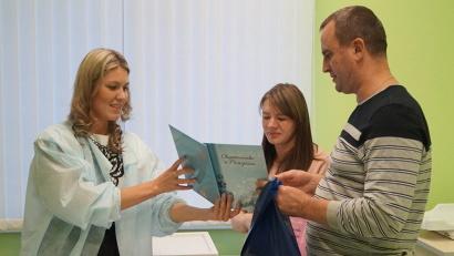 Счастливым родителям вручили сразу три свидетельства о рождении