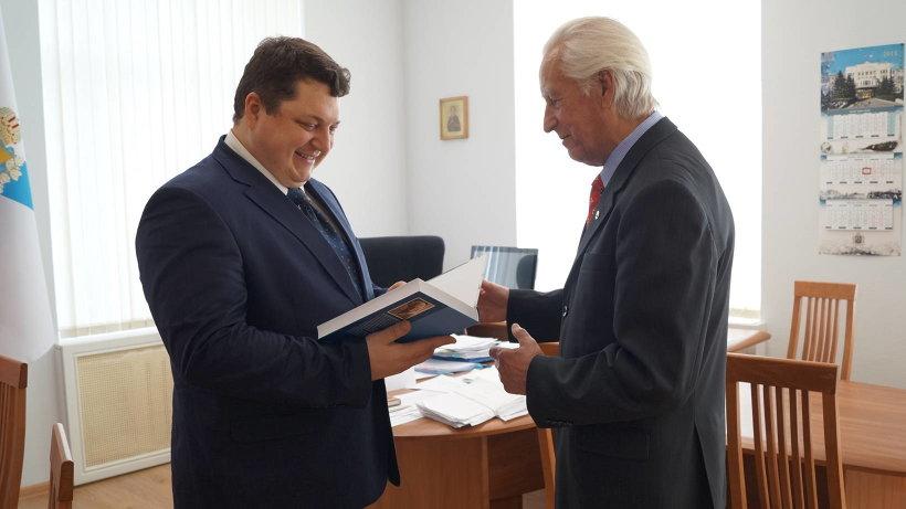 Министр здравоохранения Поморья Антон Карпунов и хирург Виктор Рехачев