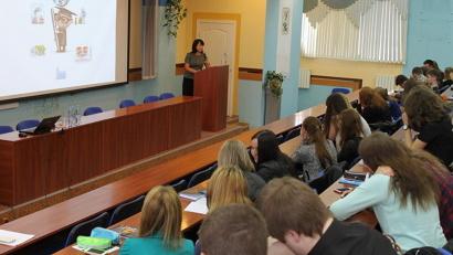Лекцию для студентов Высшей школы экономики и управления САФУ проводит представитель Архангельского отделения Банка России Юлия Манухина