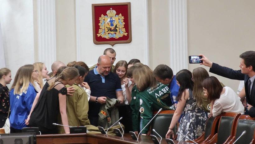 На встречу с бойцами студотряда Игорь Орлов прихватил свою бойцовку студенческих времен, чем вызвал неподдельный интерес молодежи