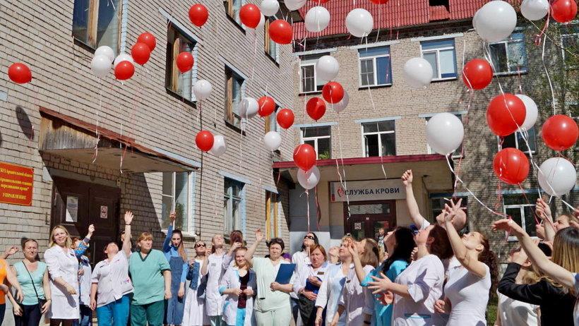 Кульминацией акции стал запуск белых и красных воздушных шаров