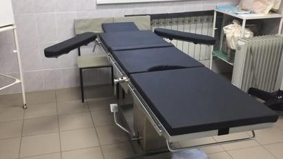 Операционный стол в кабинете хирурга в поликлинике
