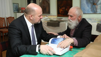 Директор литературного музея Борис Егоров представил Игорю Орлову издание легендарного памятника финского эпоса «Калевала» на трех языках