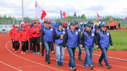 В соревнованиях принимают участие около 250 спортсменов в возрасте от 13 лет и старше