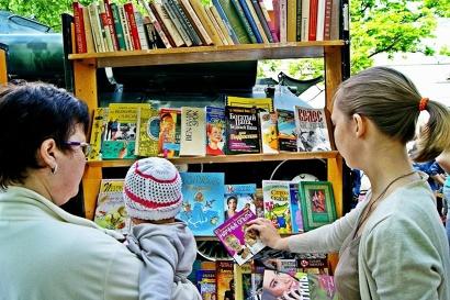 Акция «Кладовка» – это не только обмен вещами, аксессуарами и книгами, но и благотворительный сбор канцтоваров для детей