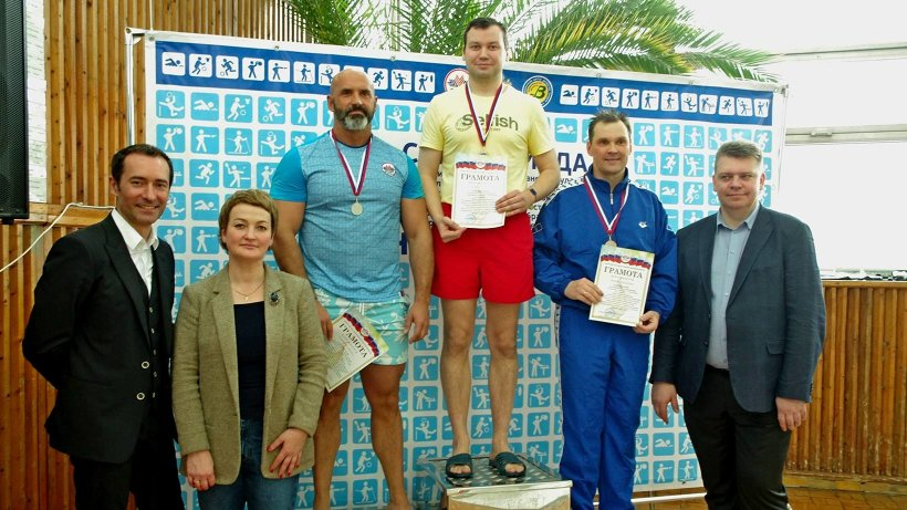 Награждение победителей заплыва в возрастной категории от 35 до 50 лет
