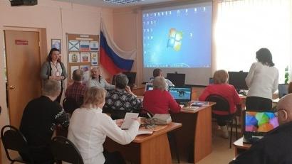 Сотрудники МФЦ по городу Новодвинску проводят лекцию для пенсионеров