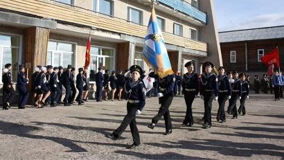 Парадным маршем проходят воспитанники Архангельского морского кадетского корпуса