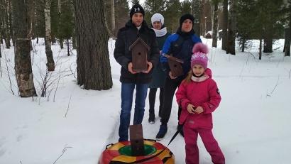 Юные лесоводы школьного лесничества из Североонежска вместе с родителями обустроили и вывесили в парке поселка 6 синичников