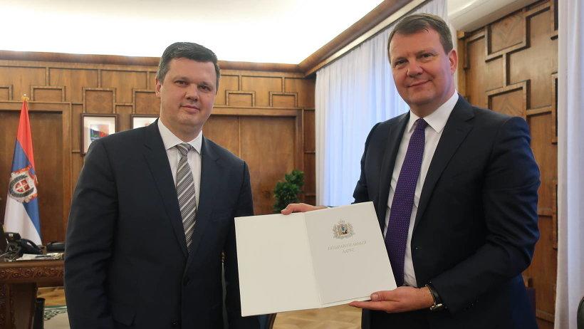 Евгений Фоменко передал Игорю Мировичу поздравительный адрес губернатора Игоря Орлова